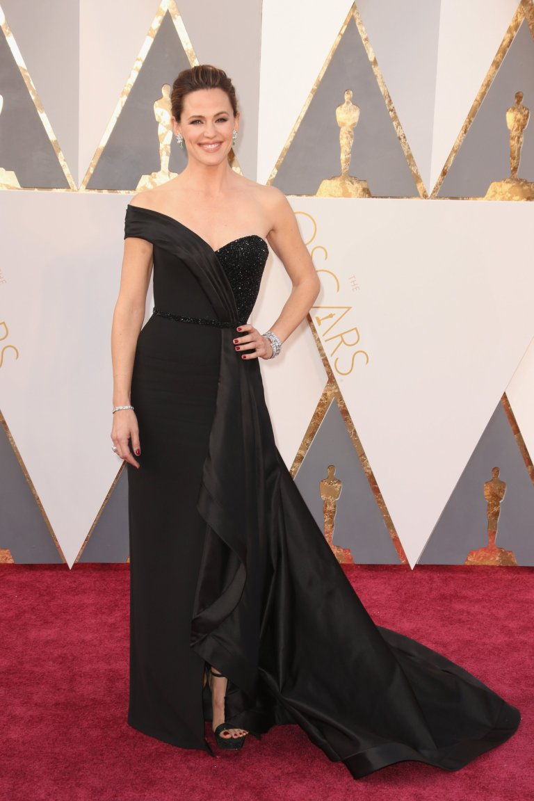 Getty. Jennifer Garner in Atelier Versace. 2016. Web. 28 Feb. 2016. http://www.vogue.com/slideshow/13407509/oscars-2016-fashion-red-carpet/#21.