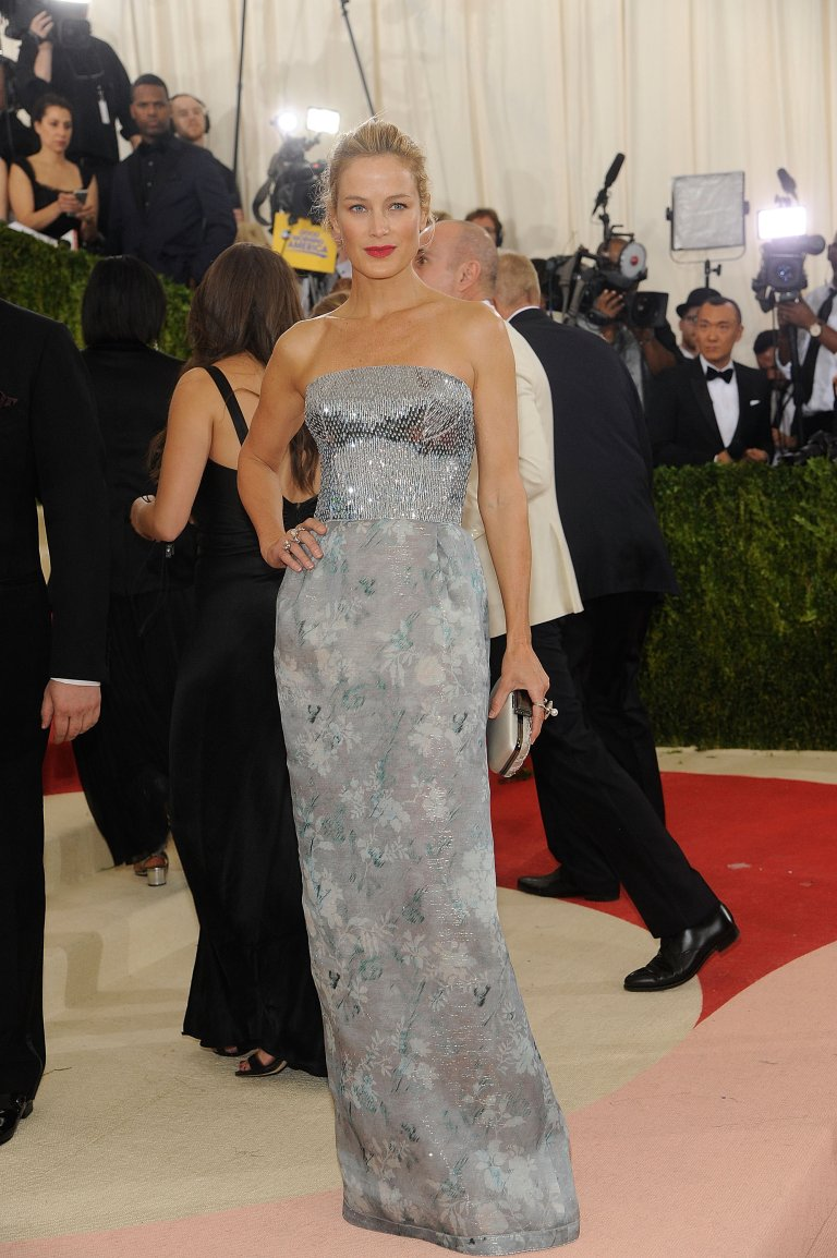 Getty. Carolyn Murphy in Oscar de la Renta. 2016. Web. 4 May 2016. http://www.popsugar.com/fashion/photo-gallery/41122178/image/41178272/Carolyn-Murphy.