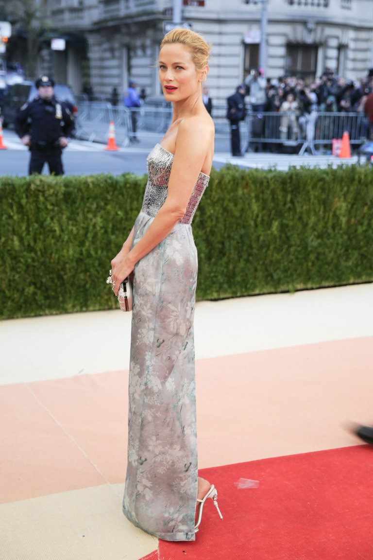 BFA.com. Carolyn Murphy in Oscar de la Renta. 2016. Web. 4 May 2016. http://www.vogue.com/slideshow/13429562/met-gala-2016-red-carpet-celebrity-fashion-live/#119.