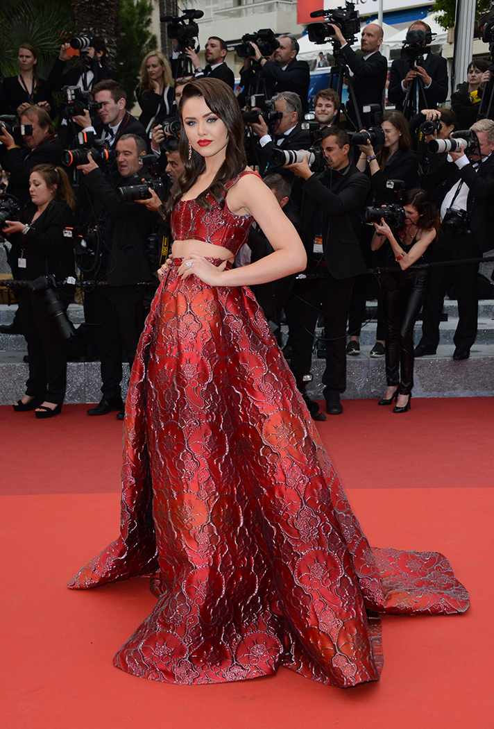 Wenn. Kristina Bazan in Alberta Ferretti. 2016. Web. 17 May 2016. http://stylecaster.com/cannes-red-carpet-2016/slideshow/90.